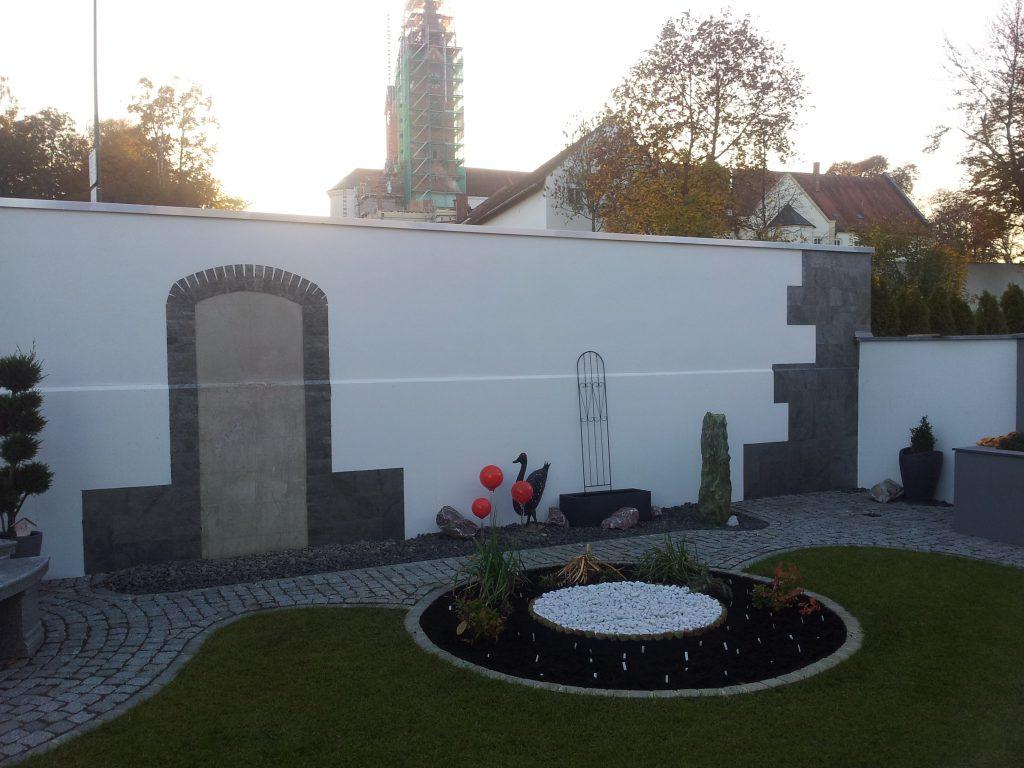 Gartenanlage mit Wandverkleidung aus Schieferdekor