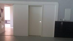 Tür mit Wandverkleidung